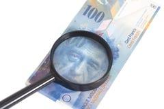 Schweizer 100 Frankenbanknoten unter Lupe Lizenzfreies Stockbild