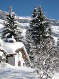 Schweizer Gebirgshaus im Schnee Lizenzfreie Stockfotos