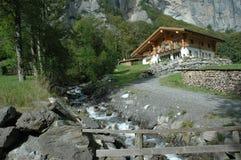 Schweizer Haus auf Abhang stockbild