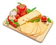 Schweizer Käse oder Cheddarkäse und Gemüse auf weißem Hintergrund Lizenzfreies Stockfoto