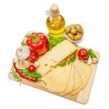 Schweizer Käse oder Cheddarkäse und Gemüse auf weißem Hintergrund Lizenzfreie Stockfotografie