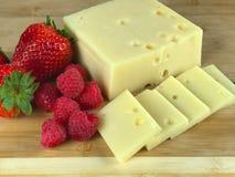Schweizer Käse und Beeren Stockfotos