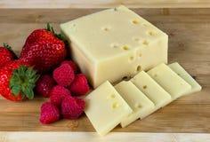 Schweizer Käse und Beeren Stockfotografie