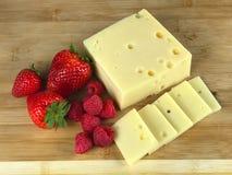 Schweizer Käse und Beeren Stockbilder
