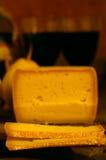 Schweizer Käse und Birne Stockfotografie