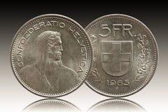 Schweizer Münze 5 der Schweiz fünf silberne des Franken 1965 lokalisiert auf Steigungshintergrund stockbild