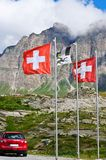 Schweizer Markierungsfahnen auf San- Bernardinodurchlauf Stockfoto
