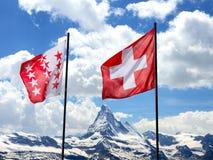 Schweizer Markierungsfahnen vor Matterhorn Stockfotos