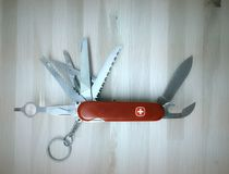 Schweizer Messer auf hölzernem Hintergrund Stockfoto