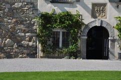 Schweizer mittelalterlicher Schlosseingang Spiez, die Schweiz Stockfotografie