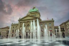 Schweizer Parlaments-Gebäude Bundesplatz an der Glättung von Zeit bern switzerland lizenzfreies stockbild