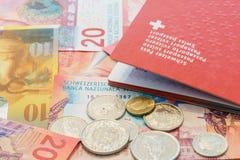 Schweizer Pass und Schweizer Franken mit den neuen Rechnungen 20 und 50 Schweizer Franken Stockfotos