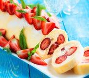 Schweizer Rollenkuchen mit Erdbeeren Lizenzfreie Stockfotos
