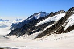 Schweizer schneebedecktes Konkordiaplatz und Jungfrau massiv stockbilder