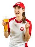 Schweizer Sportfan, der mit Bier zujubelt Stockbild