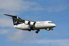 SCHWEIZER Star Alliance Jumbolino Bae Avro RJ 100/HB-IYV/E3377 Stockbild