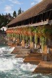 Schweizer traditionelle Holzbrücke stockfotos