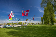 Schweizer und Bezirksflaggen in der Mitte des Parks in Kreuzlingen wi Lizenzfreie Stockbilder