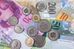 Schweizer Währungsbanknoten und -münzen lizenzfreies stockfoto
