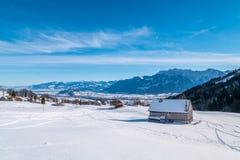 Schweizer Winter - Scheune bedeckt im Schnee Lizenzfreies Stockfoto