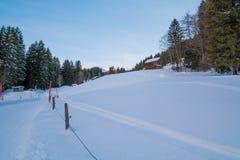 Schweizer Winter - Straße bedeckt im Schnee Lizenzfreie Stockfotos