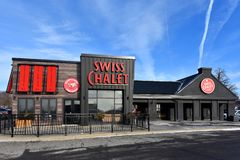 Schweizisk chalet för ny chaletstil i Kanata, Kanada arkivbild