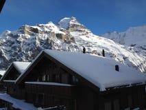Schweizisk chalet i fjällängarna Arkivfoton