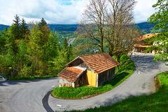 Schweizisk chalet på fjällängar Royaltyfri Foto