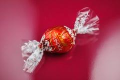 Schweizisk choklad på röd bakgrund Royaltyfri Bild