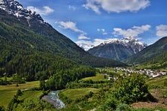Schweizisk Fjälläng-flod gästgivargård och Lavin Arkivfoton