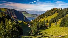 Schweizisk fjällängdal med sjön Lucerne i bakgrunden från Klewenalp, centrala Schweiz arkivfilmer