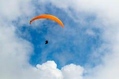 Schweizisk fjällängparaglider Arkivfoto