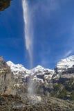 Schweizisk fjällängvattenfall nära Oeschinensee sjön i Bernese Oberland, Schweiz Arkivfoto