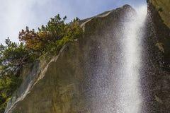 Schweizisk fjällängvattenfall nära Oeschinensee sjön i Bernese Oberland, Schweiz Royaltyfria Foton
