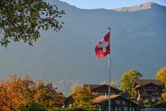 Schweizisk flagga på den lantliga byn arkivfoto