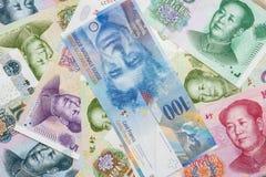 Schweizisk franc anmärkningar och kines Yuan arkivfoton