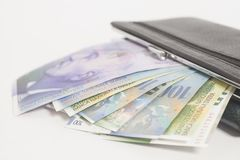 Schweizisk franc i plånbok Arkivfoton