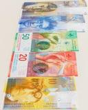Schweizisk franc med nya tjugo och femtio schweizisk francräkningar Arkivbild