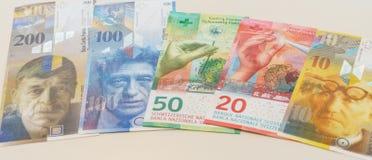 Schweizisk franc med nya tjugo och femtio schweizisk francräkningar Fotografering för Bildbyråer