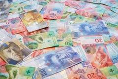 Schweizisk franc med nya tjugo och femtio schweizisk francräkningar Arkivfoto