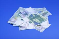 50 schweizisk franc räkningar på blå bakgrund Arkivfoton