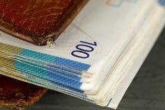 Schweizisk francsedlar är nästan i plånboken royaltyfri foto