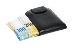 Schweizisk francsedlar i den svarta plånboken som isoleras på vit royaltyfri fotografi