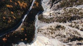 Schweizisk nationalpark med en smal landsväg lager videofilmer