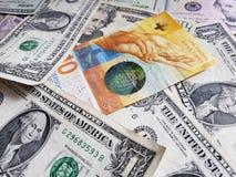 schweizisk sedel av tio franc och amerikansk dollarräkningar, bakgrund och textur arkivbild