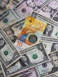 schweizisk sedel av tio franc och amerikansk dollarräkningar, bakgrund och textur royaltyfri fotografi