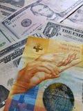 schweizisk sedel av tio franc och amerikansk dollarräkningar, bakgrund och textur fotografering för bildbyråer