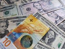 schweizisk sedel av tio franc och amerikansk dollarräkningar, bakgrund och textur royaltyfria bilder