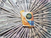 schweizisk sedel av tio franc och bakgrund med amerikanska dollarräkningar