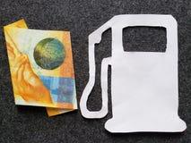 schweizisk sedel av tio franc och diagram av bensinpump i vit royaltyfri foto